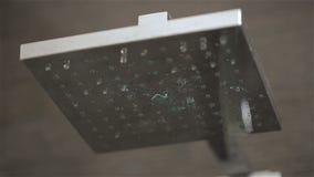 在卫生间水滴的淋浴喷头 股票录像
