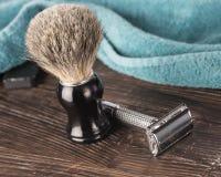 在卫生间设置的双刃剃刀为湿刮脸做准备 免版税库存照片