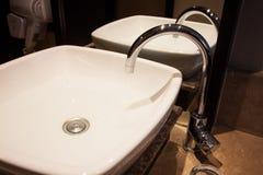 在卫生间里浇灌从龙头,淡水的下落 免版税图库摄影