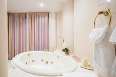 在卫生间里面的宽敞浴缸 免版税库存照片