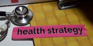 在印刷品纸的健康战略与医疗和医疗保健概念 免版税库存照片