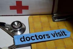在印刷品纸的医生参观与医疗和医疗保健概念 免版税库存照片