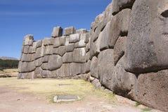 在印加人堡垒墙壁的大量石头 库存图片