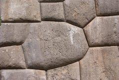 在印加人堡垒墙壁的大量石头 免版税图库摄影