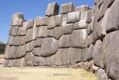 在印加人堡垒墙壁的大量石头 免版税库存图片