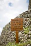 在印加人废墟的木土气标志,秘鲁 库存照片