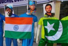 在印地安人和巴基斯坦蟋蟀体育穿戴的时装模特球员 免版税库存照片