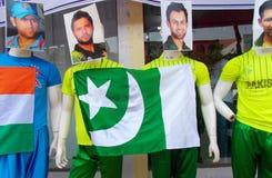 在印地安人和巴基斯坦蟋蟀体育穿戴的时装模特球员 免版税图库摄影