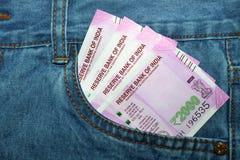 在印地安人的新的2000卢比笔记供以人员斜纹布前面口袋 免版税库存图片