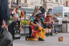 在印地安全国服装打扮的人们跳舞 免版税图库摄影