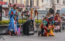 在印地安全国服装打扮的人们跳舞 免版税库存照片
