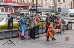 在印地安全国服装打扮的人们跳舞 库存照片