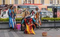 在印地安全国服装打扮的人们跳舞 免版税库存图片