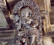 在印地安妇女的选择聚焦舞蹈的 在12世纪寺庙Hoysaleswara,印度天花板的安心  库存照片