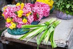 在印地安寺庙附近的花 免版税图库摄影