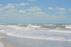 在印地安岩石的概略的海浪在墨西哥湾靠岸在佛罗里达 免版税图库摄影
