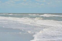 在印地安岩石的概略的海浪在墨西哥湾靠岸在佛罗里达 库存图片