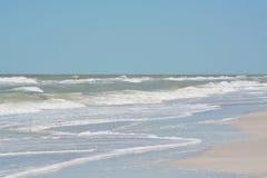 在印地安岩石的概略的海浪在墨西哥湾靠岸在佛罗里达 免版税库存照片