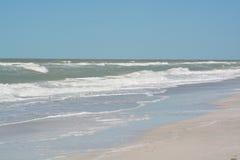 在印地安岩石的概略的海浪在墨西哥湾靠岸在佛罗里达 图库摄影