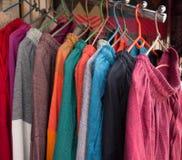 在印地安市场上的纺织品物品 库存图片