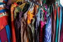 在印地安市场上的纺织品物品 免版税库存照片