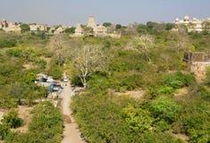 在印地安村庄附近的绿色树 库存图片