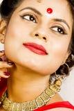 在印地安莎丽服的美好的印地安女性模型 免版税库存照片
