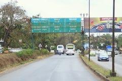 在印地安路的交通 免版税库存图片