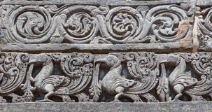 在印度寺庙墙壁上的印地安艺术品有神话天鹅的 第12个centur Hoysaleshwara寺庙在Halebidu,印度 免版税库存图片