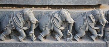 在印度寺庙墙壁上的大象雕象  库存图片
