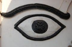 在印度寺庙墙壁上的被雕刻的眼睛在加德满都,尼泊尔 图库摄影