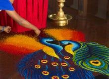 在印度寺庙的场面 创造在地板上的明亮的图片 免版税图库摄影