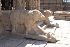 在印度寺庙附近,印度入口的残破的大象雕象  库存照片