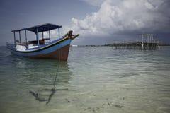在印度尼西亚海的木渔夫小船 免版税库存照片