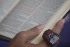 在印度尼西亚的记录读书古兰经囚犯 库存图片