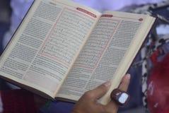 在印度尼西亚的记录读书古兰经囚犯 图库摄影