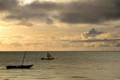 在印度洋的日出 风船在黄色,多云天空下 库存照片