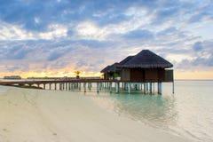在印度洋的水的木别墅 免版税图库摄影