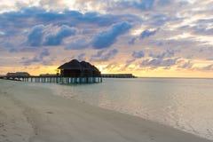 在印度洋的水的木别墅 免版税库存图片