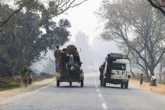 在印度的街道上的交通 免版税图库摄影