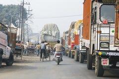 在印度的街道上的交通 免版税库存图片