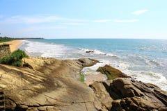 在印度洋在旅馆Saman别墅附近,斯里兰卡的岩石 免版税图库摄影