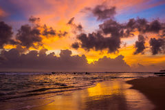 在印度洋的明亮的五颜六色的多云天空日落的 免版税库存照片