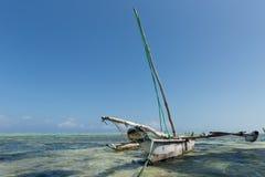 在印度洋,桑给巴尔,坦桑尼亚的单桅三角帆船渔船 免版税库存图片