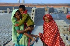 在印第安砖厂的妇女人工 库存图片
