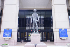 在印第安纳政府中心前面的林肯雕象 免版税库存图片