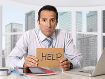 在危机的绝望资深商人请求帮忙在重音的办公室 库存图片