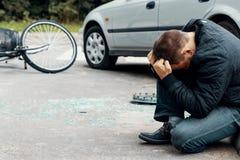 在危险事件以后的不负责任的汽车司机在路wi 库存照片