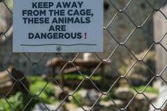 在危险动物笼子的警报信号在动物园里 免版税库存照片