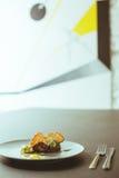 在卵形板材的花梢食物 免版税库存照片